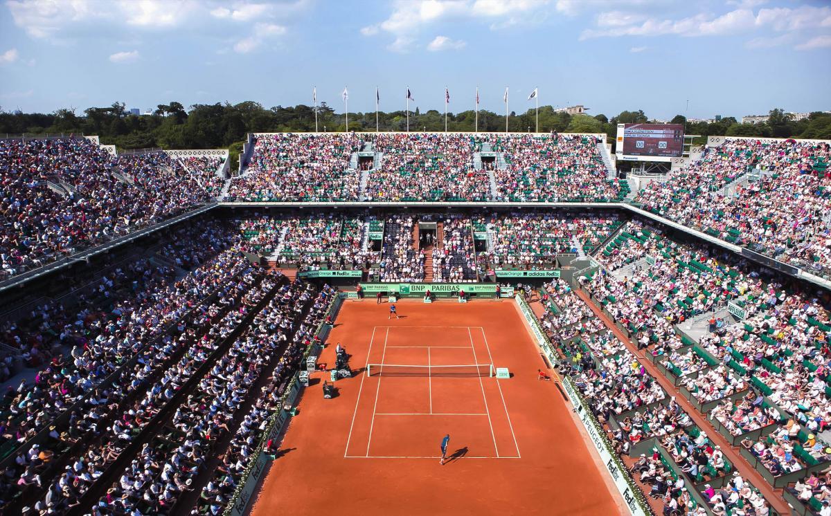 Plus de 40 ans de partenariat avec le tennis rolland for Dimension terrain de tennis